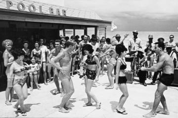 castaways-motel-pool-bar-miami-beach-florida